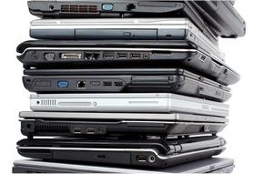 山積みのノートパソコン