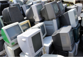 ゴミ回収場に集められたデスクトップパソコン