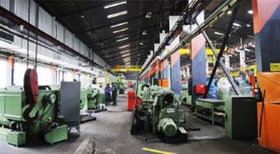大型機器が複数台ある作業場