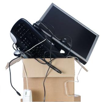 段ボールに詰められたパソコンと周辺機器