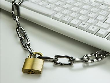 パソコンと南京錠